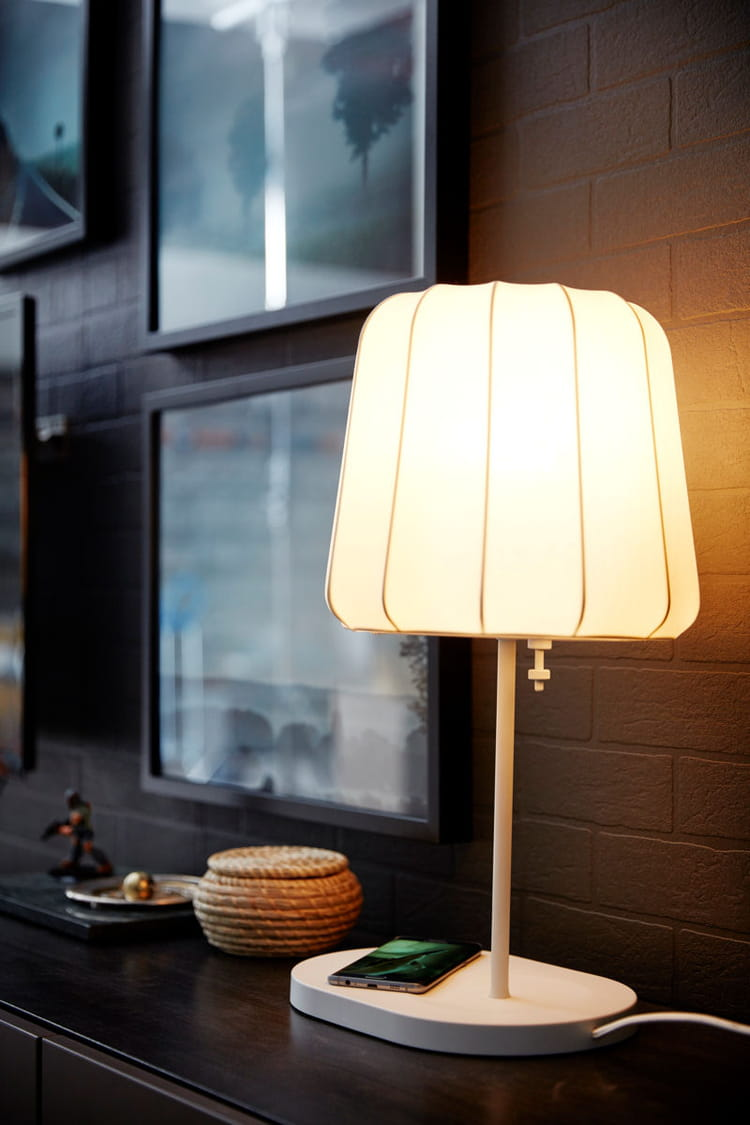 une lampe connect e pour charger son t l phone ikea nos premiers coups de coeur dans le. Black Bedroom Furniture Sets. Home Design Ideas