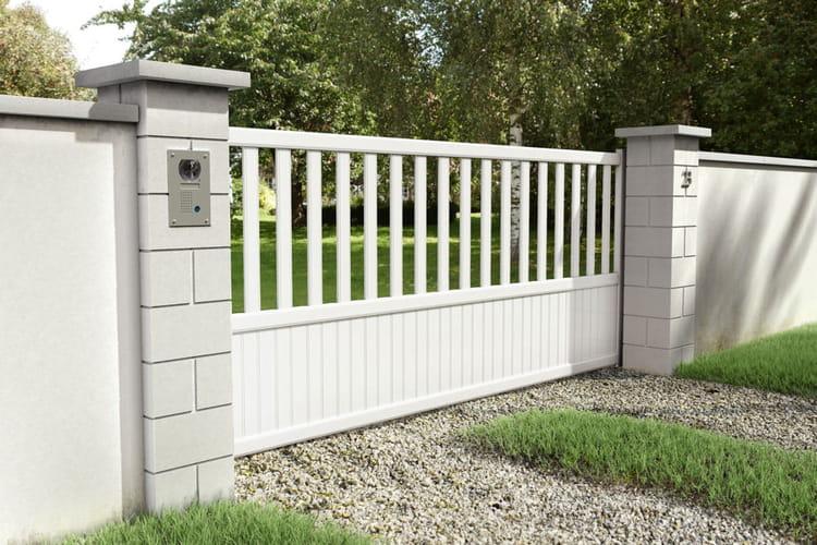un portail blanc ajour 10 portails pour embellir et s curiser la maison linternaute. Black Bedroom Furniture Sets. Home Design Ideas