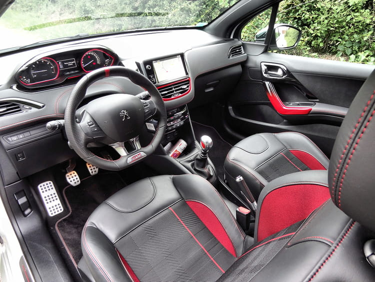 int rieur sport essai peugeot 208 gti sportivement chic linternaute. Black Bedroom Furniture Sets. Home Design Ideas