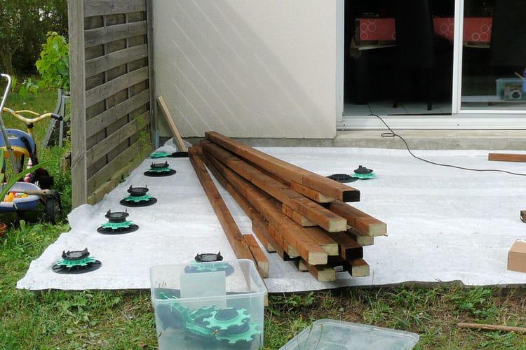 la pose des plots suivez la construction d 39 une terrasse en bois composite linternaute. Black Bedroom Furniture Sets. Home Design Ideas