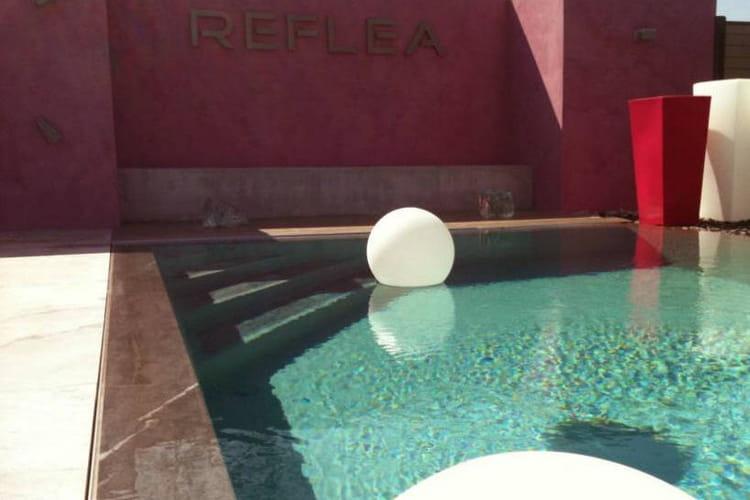 Une piscine effet miroir 25 piscines et spas for Piscine miroir reflea prix