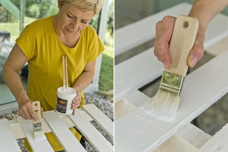 Application de la peinture d couvrez comment transformer une palette en tab - Comment transformer une palette en table basse ...