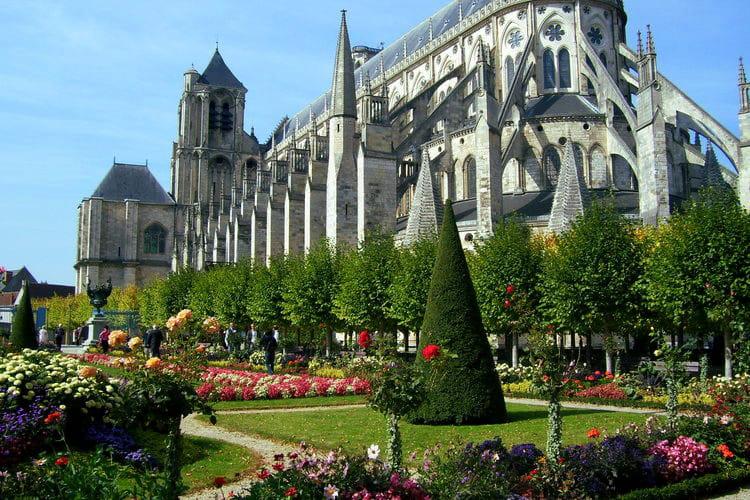 Bourges l 39 ancienne capitale du berry ces villes for Le jardin des fleurs bourges