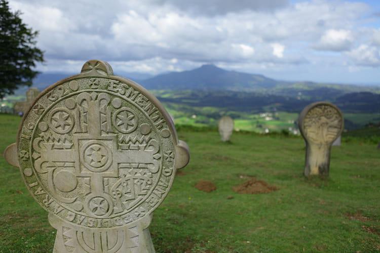 Pays basque : Stèles discoïdales de la chapelle de l'Aubépine