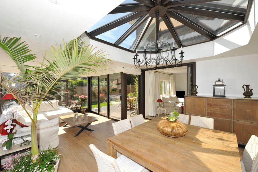 une v randa rayonnante 20 belles v randas pour agrandir votre maison linternaute. Black Bedroom Furniture Sets. Home Design Ideas