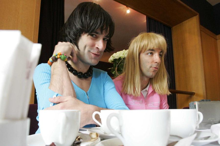 Le duo de samantha oups ces stars ont t go au club med for Samantha oups au salon de coiffure