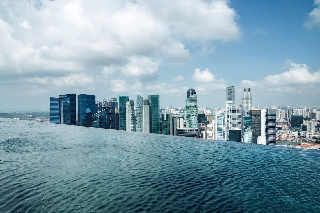 nager sur le toit de l u2019h u00f4tel marina bay sands  u00e0 singapour   20 h u00f4tels qui accueillent des