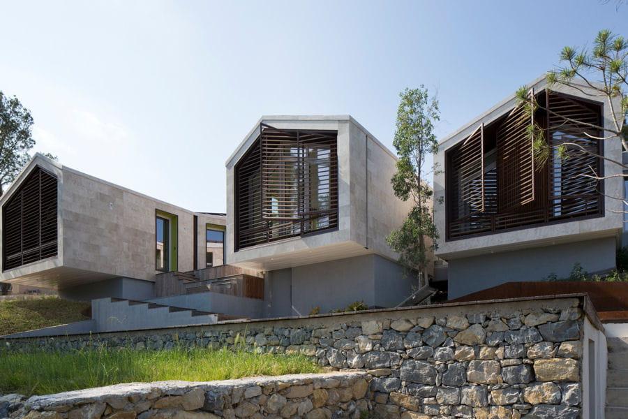 une maison hors norme cach e dans le paysage linternaute. Black Bedroom Furniture Sets. Home Design Ideas