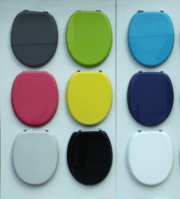changez la lunette des wc salle de bains des astuces pour la r nover sans vous ruiner. Black Bedroom Furniture Sets. Home Design Ideas