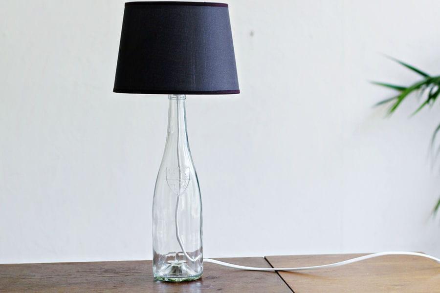 une lampe bouteille des id es de lampes faciles fabriquer linternaute. Black Bedroom Furniture Sets. Home Design Ideas