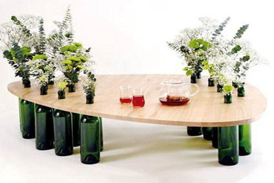 une table basse en bouteilles. Black Bedroom Furniture Sets. Home Design Ideas
