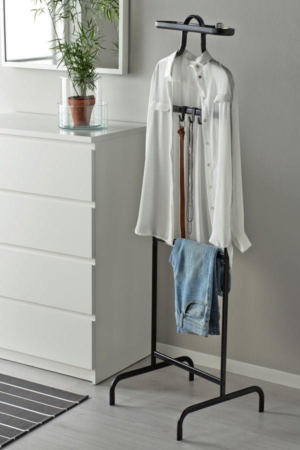 un valet de nuit des objets malins pour gagner du temps le matin linternaute. Black Bedroom Furniture Sets. Home Design Ideas