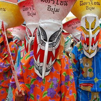 tenues ultra-colorées et masques faits maison pour ces 'fantômes' thaïlandais.