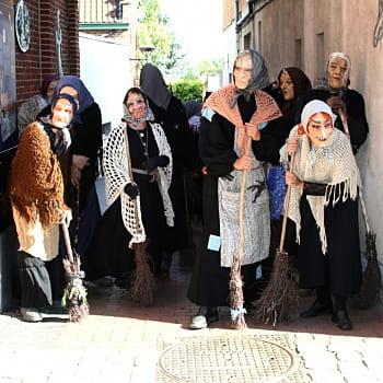 les sorcières arrivent sur la place d'ellezelles pour faire danser les passants.