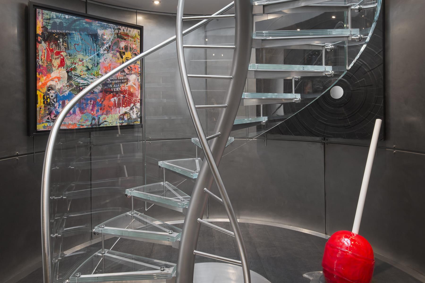un escalier central l gant des escaliers tonnants qu 39 on aimerait avoir chez soi linternaute. Black Bedroom Furniture Sets. Home Design Ideas