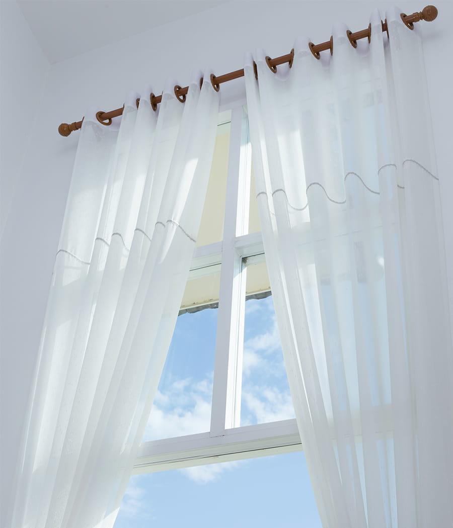 les rideaux accroch s aux fen tres v ritables nids poussi re rideaux pour petite fenetre with. Black Bedroom Furniture Sets. Home Design Ideas