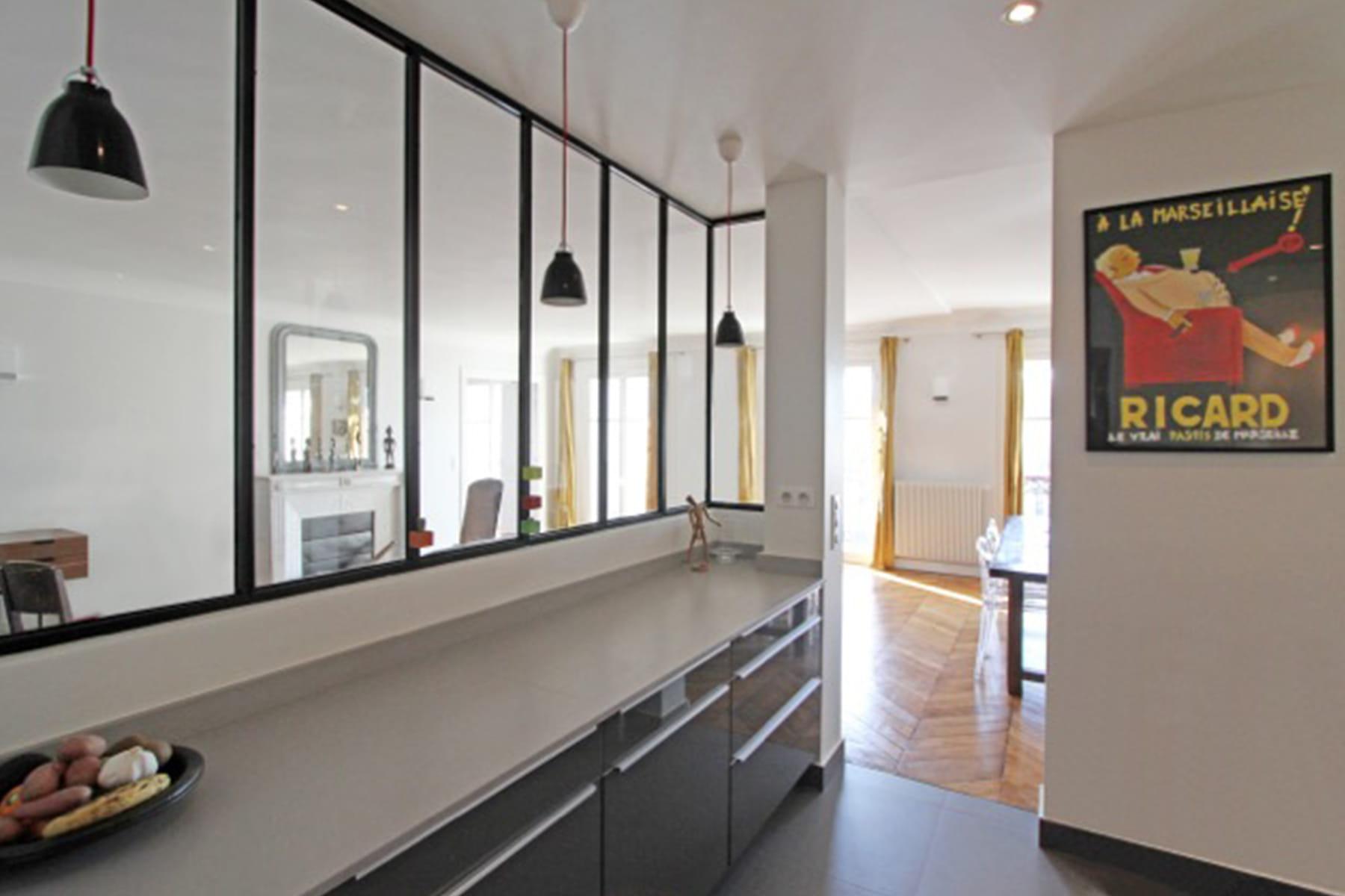 un mur vitr pour agrandir l 39 espace des cuisines avec verri re qui en jettent linternaute. Black Bedroom Furniture Sets. Home Design Ideas