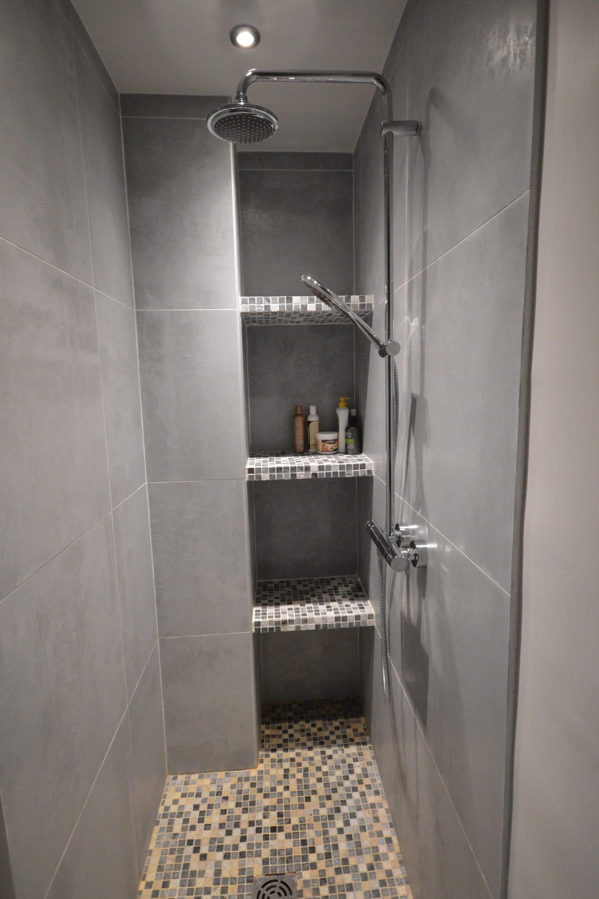 int grer les rangements dans la douche une pluie de douches design linternaute. Black Bedroom Furniture Sets. Home Design Ideas