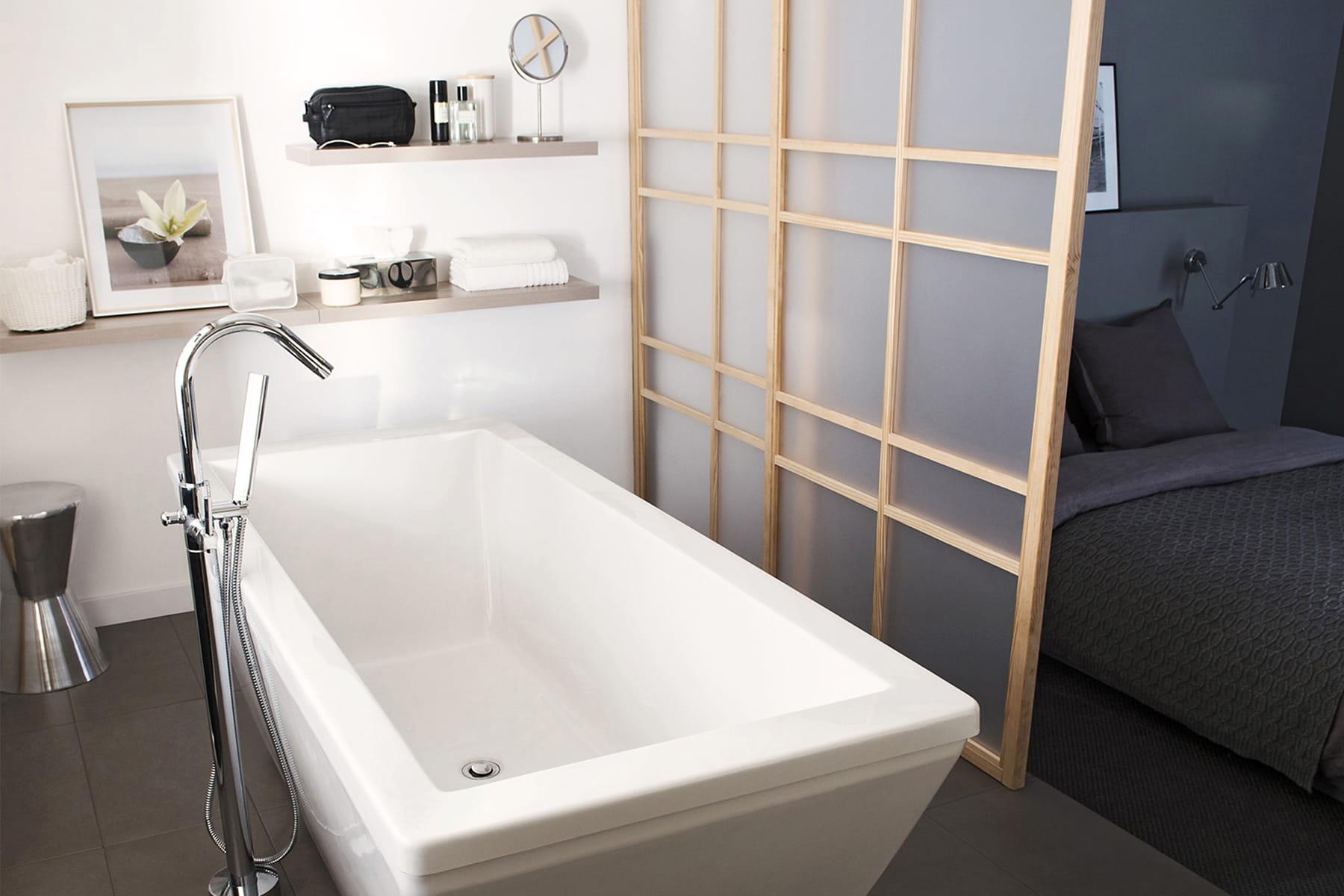 une salle de bains privative des cloisons amovibles et