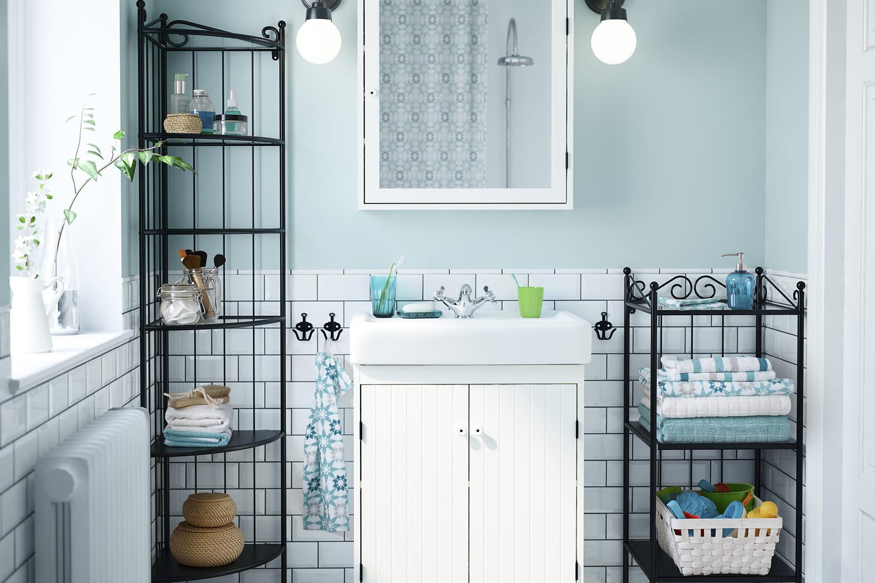 installer des meubles d 39 angle des produits malins pour am nager une petite salle de bains. Black Bedroom Furniture Sets. Home Design Ideas