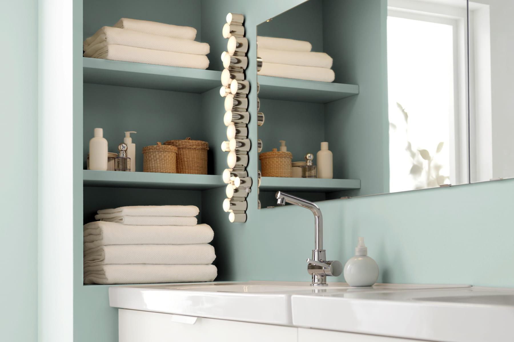 des tag res dans le mur des produits malins pour am nager une petite salle de bains linternaute. Black Bedroom Furniture Sets. Home Design Ideas