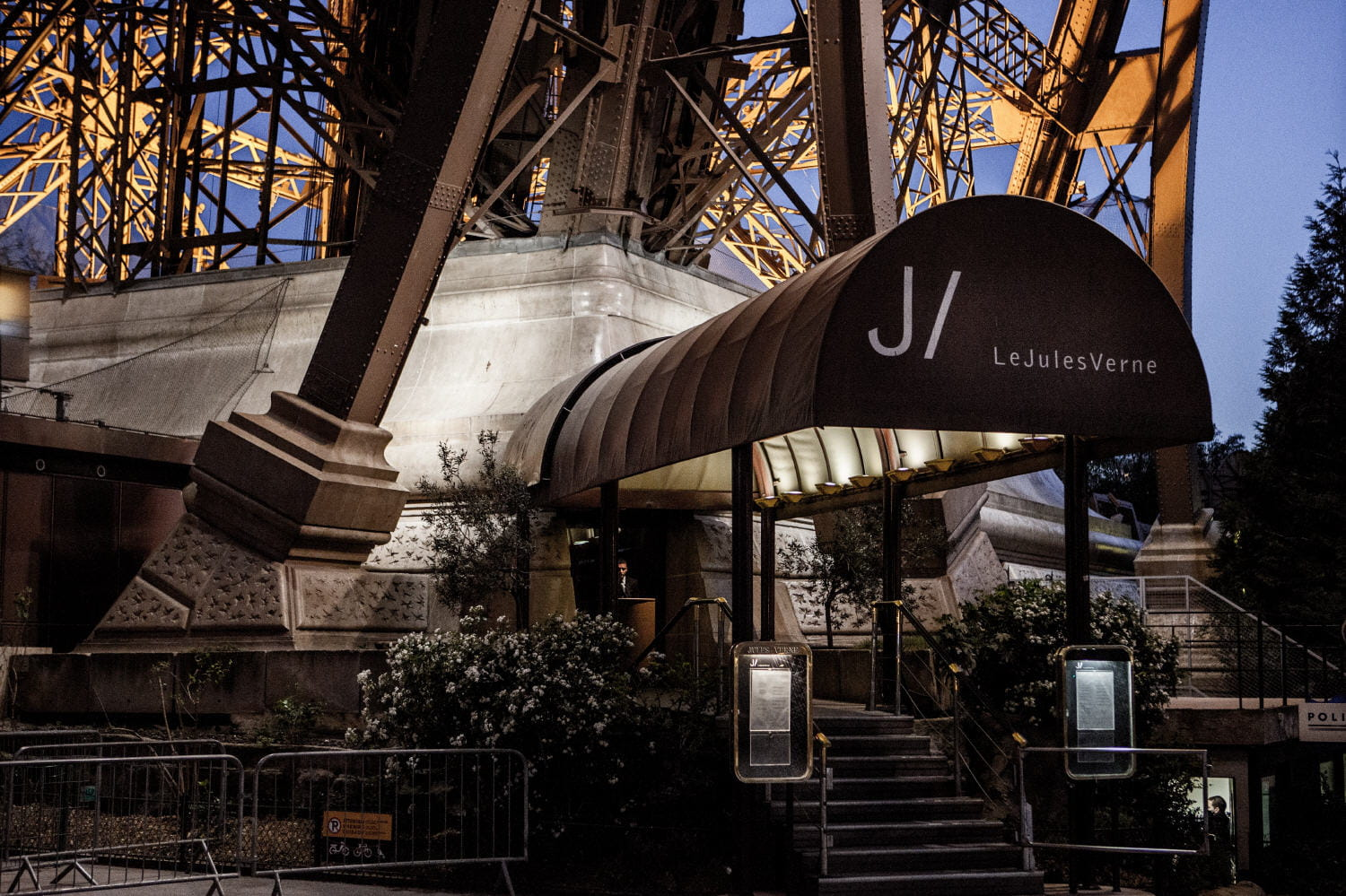 restaurant de la tour eiffel offrez vous le jules verne linternaute. Black Bedroom Furniture Sets. Home Design Ideas