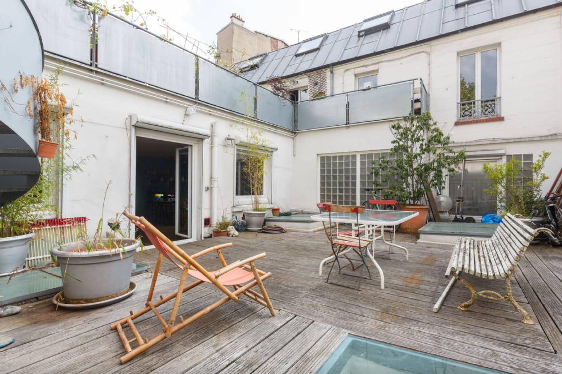un loft d 39 artiste sur les toits de paris 15 locations airbnb insolites en france linternaute. Black Bedroom Furniture Sets. Home Design Ideas