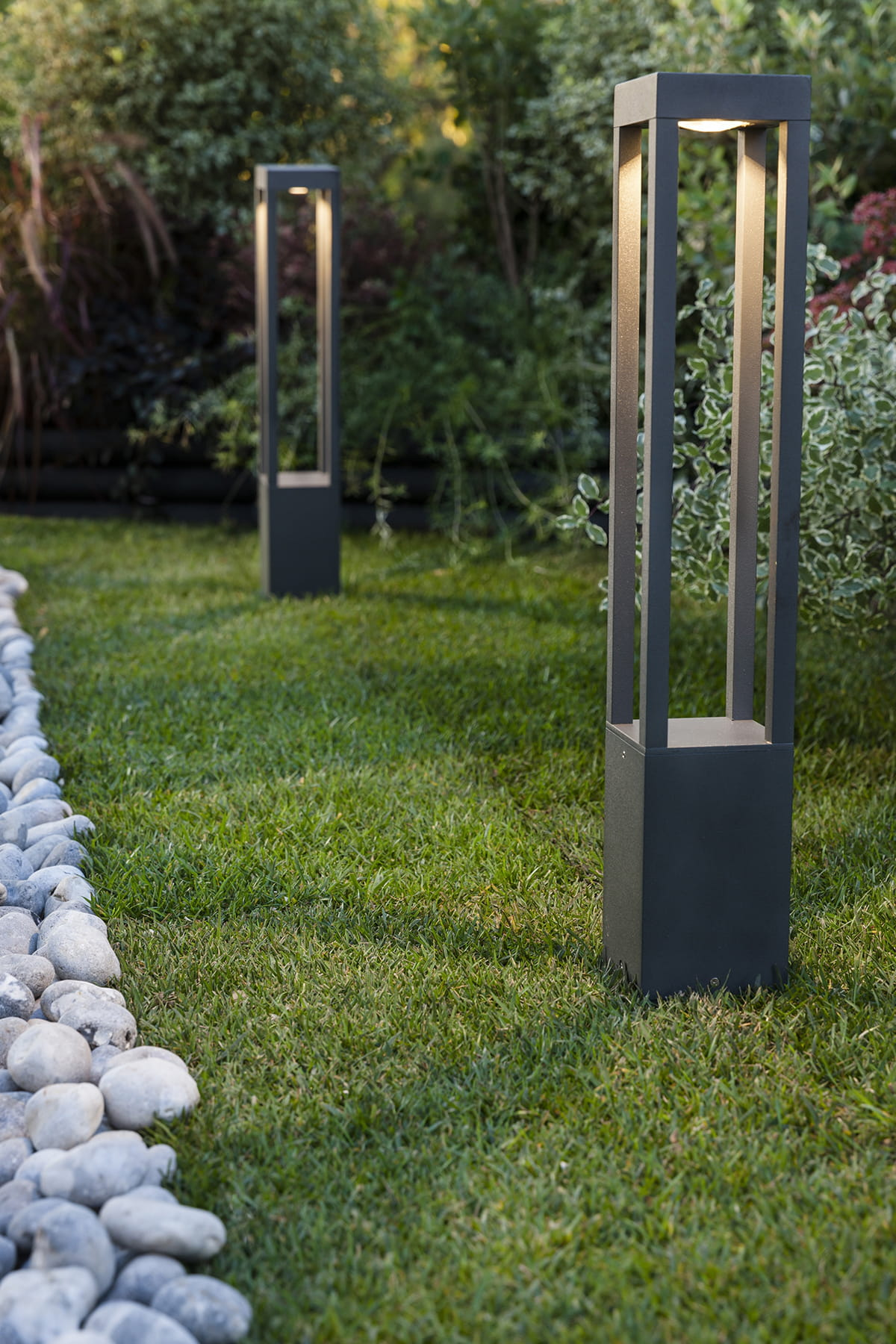 une borne de lumi re diffuse clairage de jardin 20 inspirations linternaute. Black Bedroom Furniture Sets. Home Design Ideas