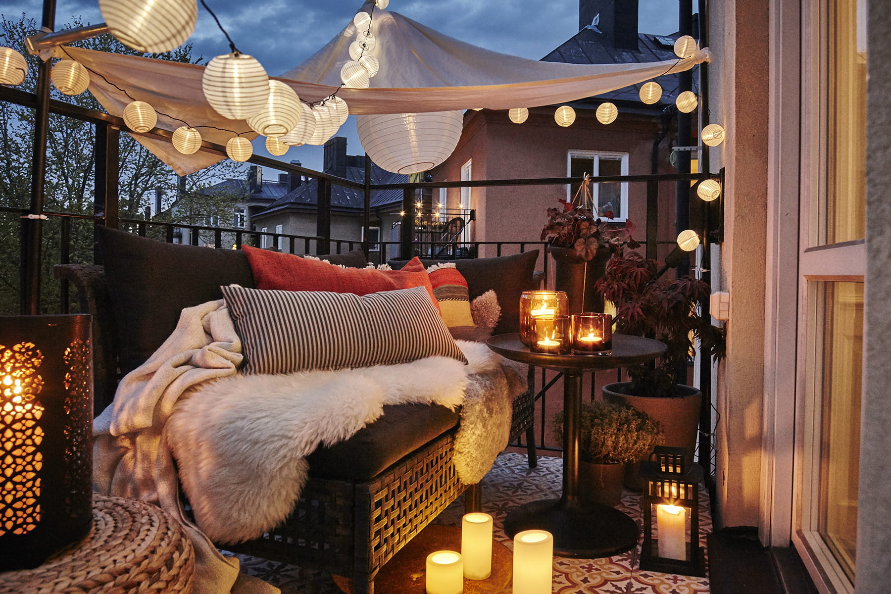 des guirlandes pour une terrasse lumineuse clairage de jardin 20 inspirations linternaute. Black Bedroom Furniture Sets. Home Design Ideas