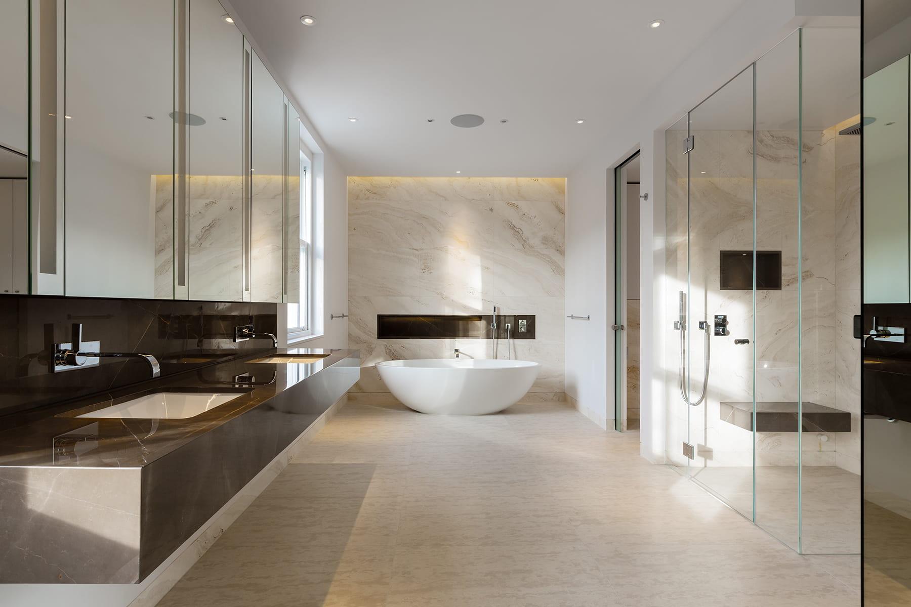 une salle de bains lumineuse des salles de bains qui
