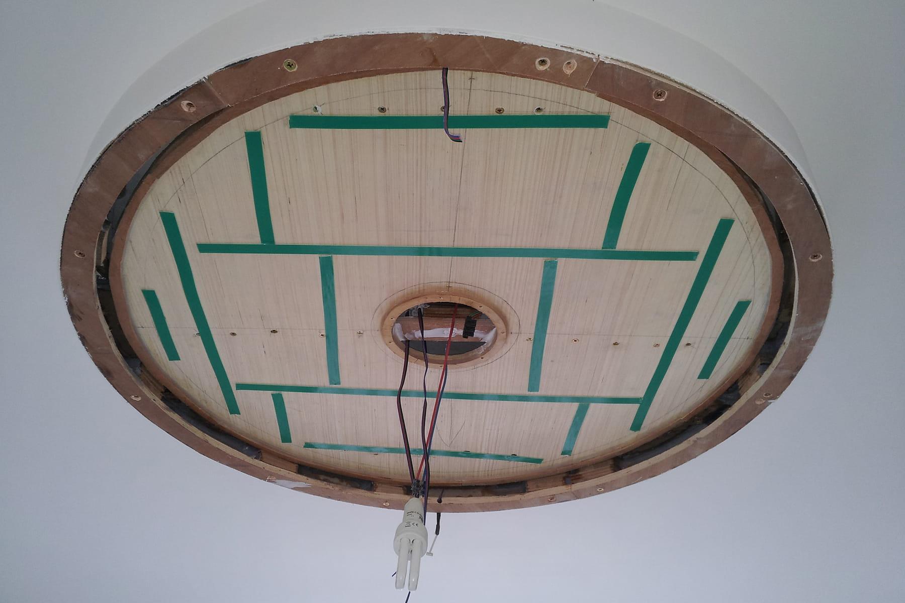 coller le miroir classique la conception d 39 un plafonnier lumineux effet tunnel linternaute. Black Bedroom Furniture Sets. Home Design Ideas