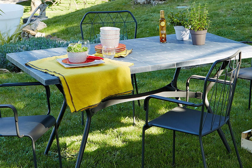 une table de jardin en pierres naturelles. Black Bedroom Furniture Sets. Home Design Ideas