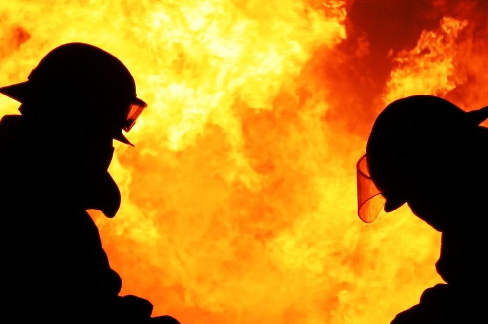 un homme risque sa vie pour sauver ses voisins d 39 un immeuble en feu. Black Bedroom Furniture Sets. Home Design Ideas