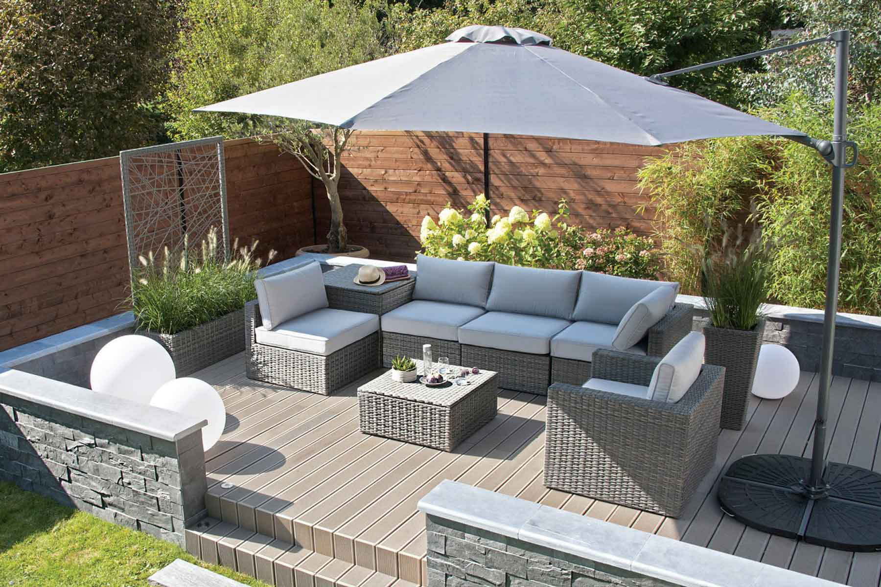 des boules lumineuses pour clairer la terrasse. Black Bedroom Furniture Sets. Home Design Ideas