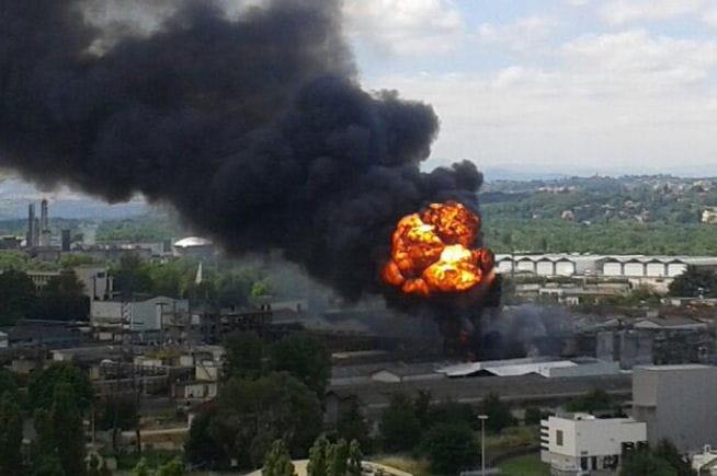 incendie lyon saint fons le feu frappe une usine de produits chimiques un mort. Black Bedroom Furniture Sets. Home Design Ideas