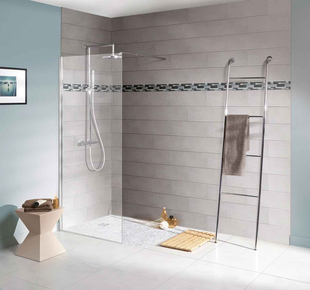 Une douche l 39 italienne simple d limit e par une paroi for Salle de bain a l italienne photo