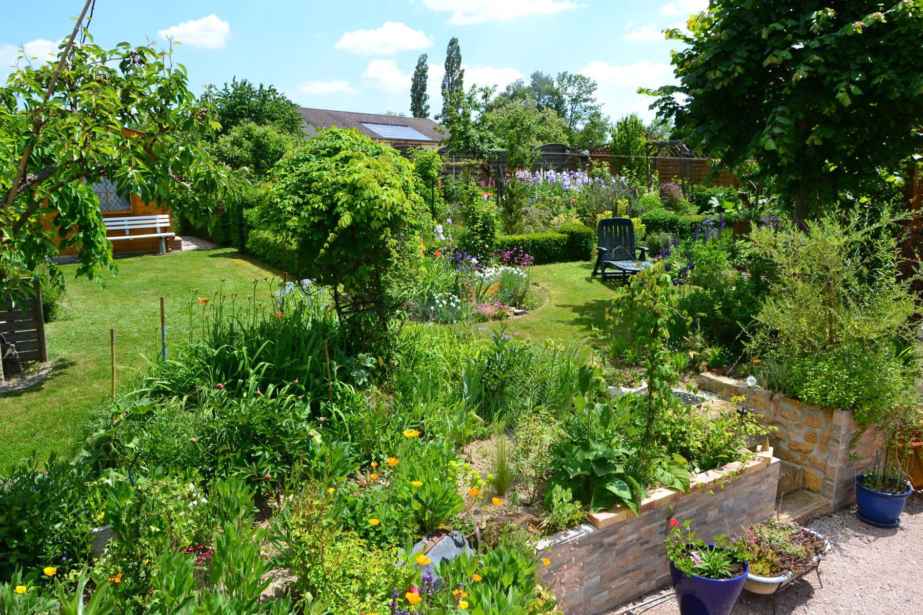 un jardin champ tre pour farnienter les plus beaux jardins de nos lecteurs linternaute. Black Bedroom Furniture Sets. Home Design Ideas