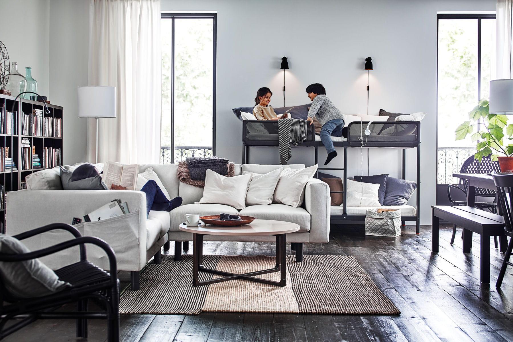 un salon o dormir ikea nos premiers coups de coeur dans le catalogue 2017 linternaute. Black Bedroom Furniture Sets. Home Design Ideas