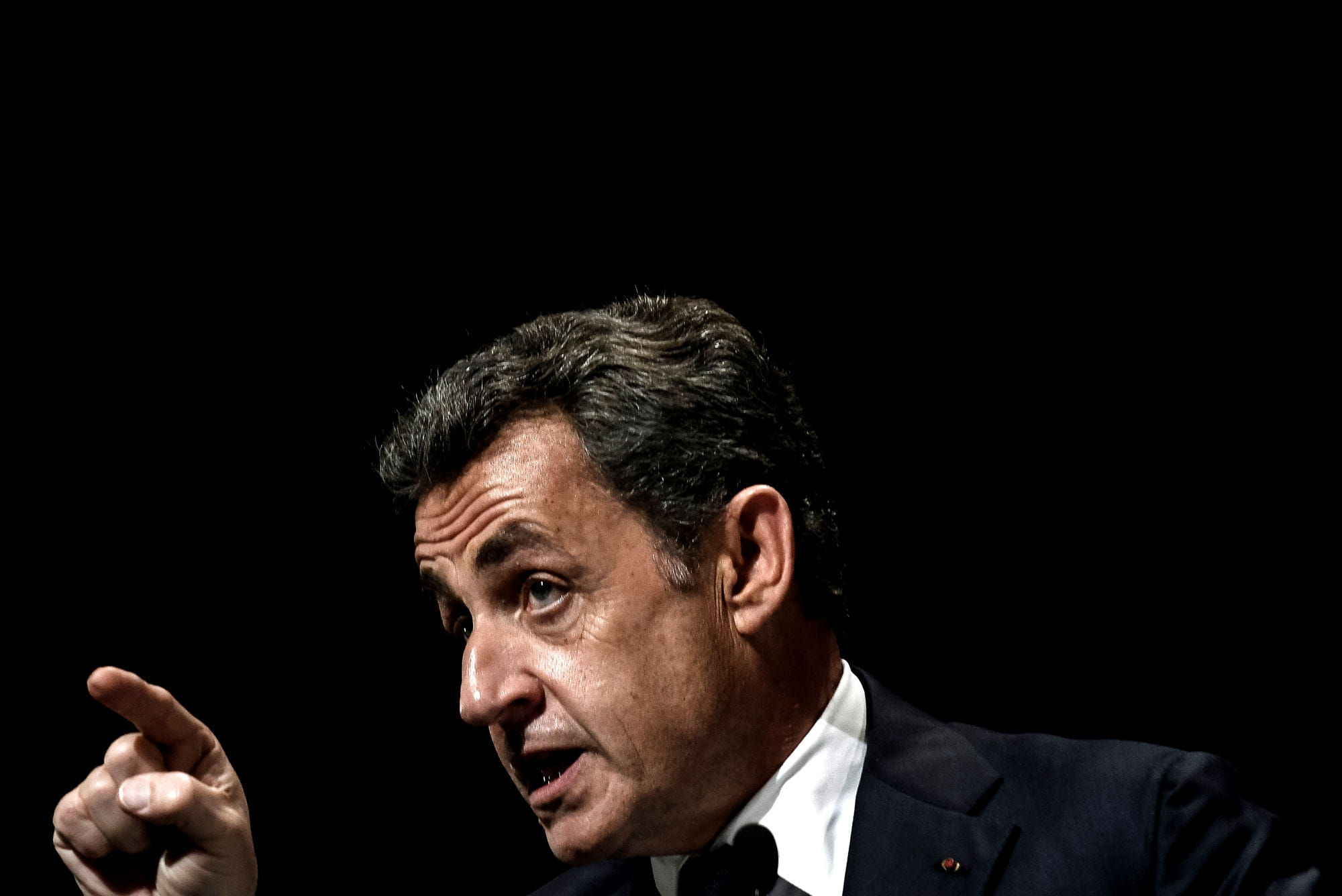 Carla Bruni Sarkozy : après les larmes elle veille sur son mari