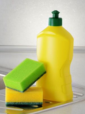 Avec du liquide vaisselle 19 astuces pour nettoyer ses for Nettoyer les vitres sans laisser de traces