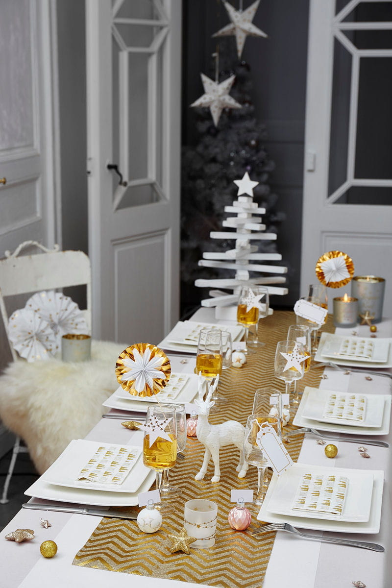 Une table de no l blanc et or for Decoration 31 decembre