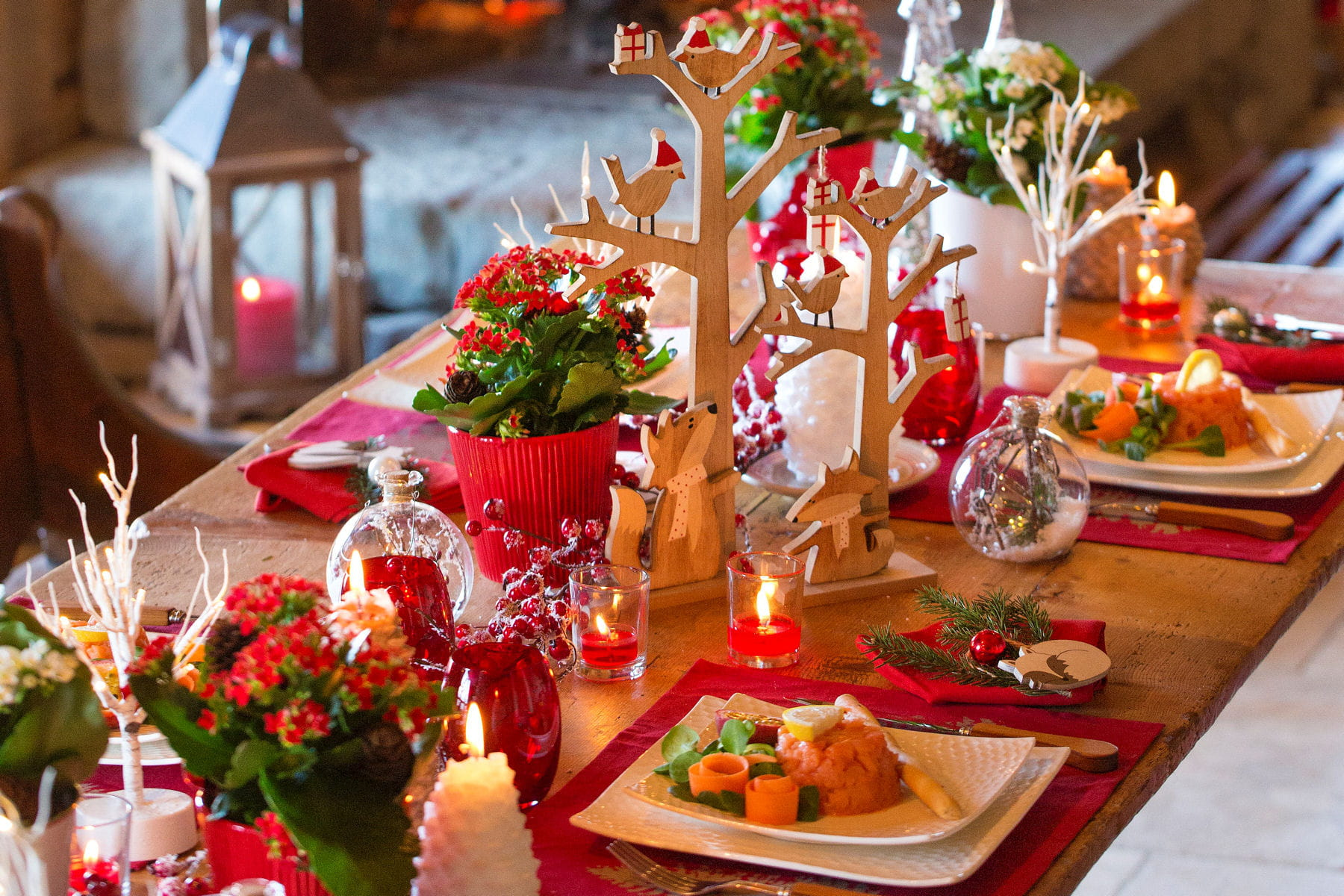 Une table de no l rouge et blanc - Decoration table de noel rouge et blanc ...