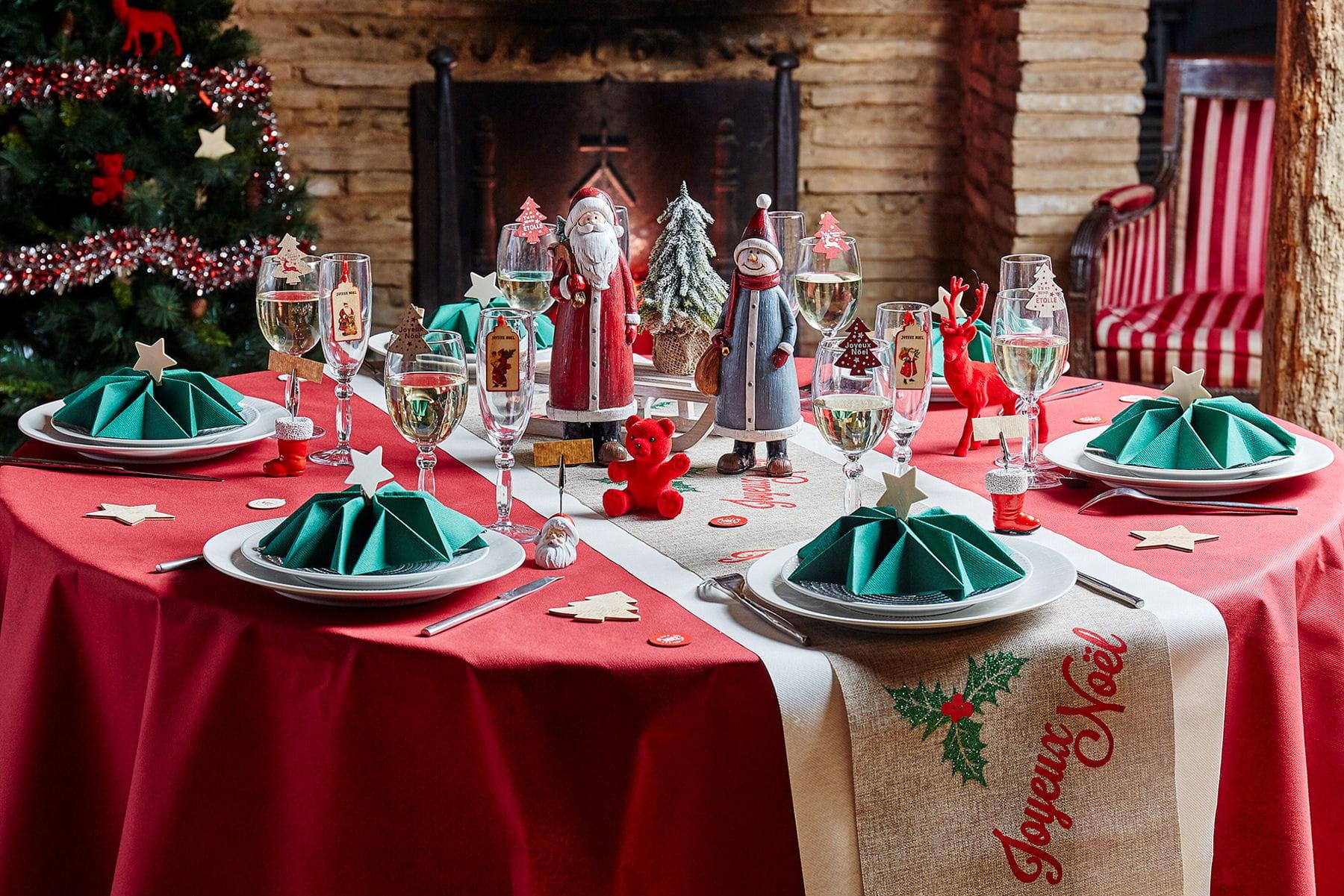 Une table de no l rouge et vert for Decor de table de noel original
