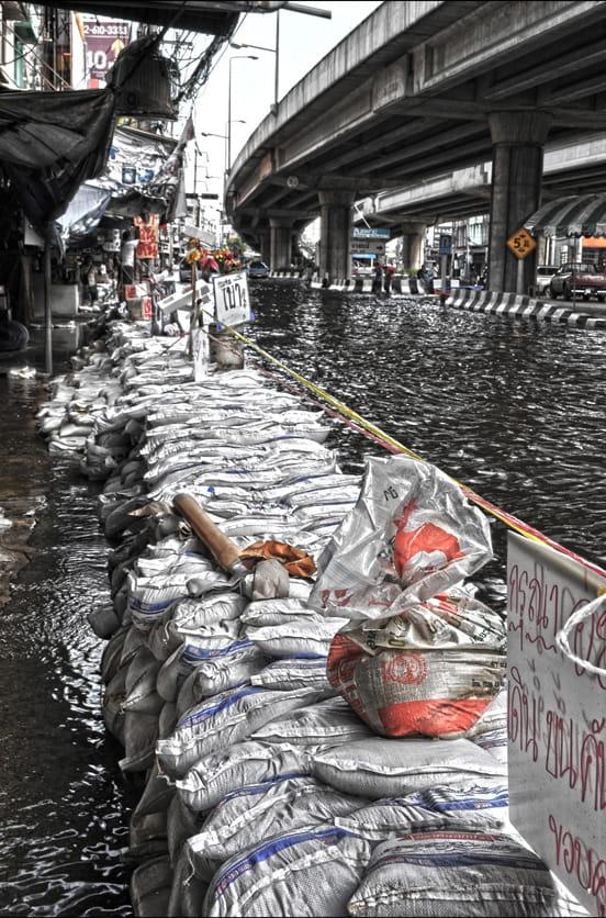 Sacs de sable inondations le quotidien des tha landais en images linter - Sac de sable inondation ...