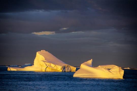 icebergs à la lumière du soir