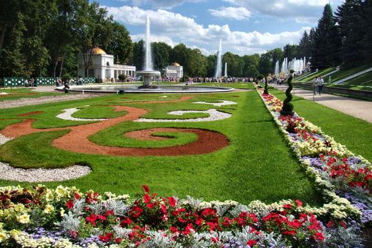 le parc du palais de peterhof en russie balade dans les plus beaux jardins du monde linternaute. Black Bedroom Furniture Sets. Home Design Ideas