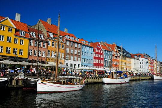 Dans le port color de copenhague les villes et - Restaurant l huitre y est port des barques ...