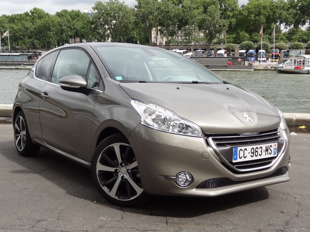 Test Peugeot 208 Féline 1.6 l e-HDi de 115 ch FAP : reine de la jungle Peugeot-208-son-look-race-1297942