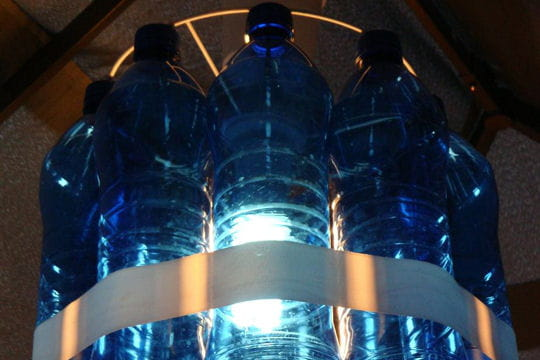 le lustre en bouteilles d 39 eau l 39 art de la r cup 39 par les lecteurs linternaute. Black Bedroom Furniture Sets. Home Design Ideas