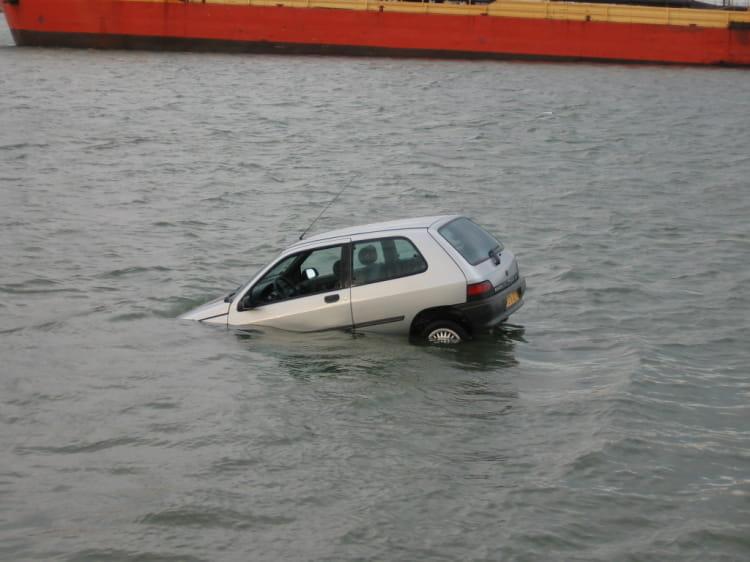 il n 39 y a pas que les bateaux qui flottent voiture insolite quand l 39 automobile se l che. Black Bedroom Furniture Sets. Home Design Ideas